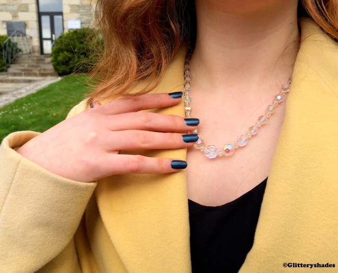 Article yellow like necklace